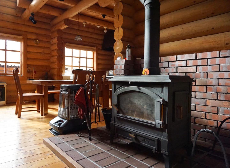 北軽井沢の本格ログハウス、ヴィラペンチュ。ペット、犬、大型犬、大歓迎。薪ストーブが自慢。リモートオフィス、ワーケーションにも最適。